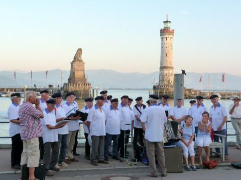 Der Shanty-Chor vor der Lindauer Hafenkulisse