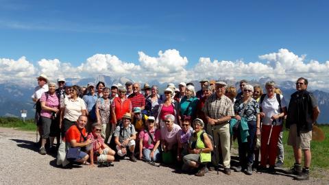 Die Reisegruppe auf dem Rittener Panoramaweg mit dem Blick auf die Dolomiten